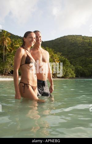 Couple dans l'eau près de la plage, St John, US Virgin Islands, USA Banque D'Images
