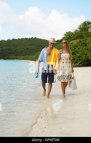 Couple marchant sur une plage de sable fin, St John, US Virgin Islands, USA Banque D'Images