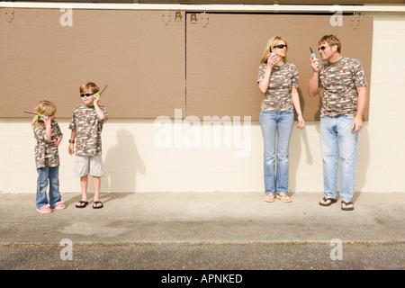 Famille en jouant avec les radios de camouflage Banque D'Images