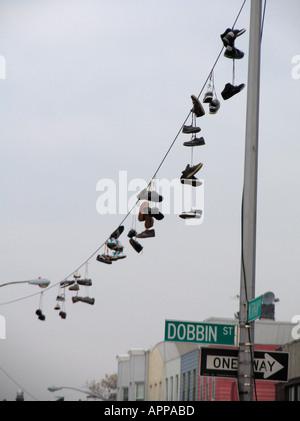 Chaussures accroché sur la ligne électrique Brooklyn New York Banque D'Images