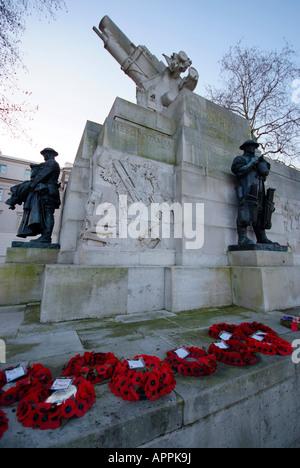 L'Artillerie royale War Memorial et des guirlandes aux morts commémorant les morts pendant la Première Guerre mondiale. Banque D'Images