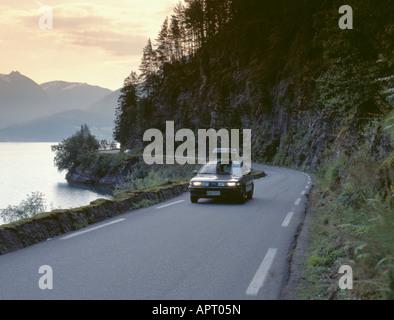 Motoring à côté d'innvikfjord, un bras du fjord de Sogn og Fjordane, en Norvège. Banque D'Images