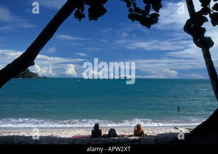 Les jeunes femmes touristes détente sur troisième plage de Manuel Antonio National Park, côte Pacifique du Costa Banque D'Images