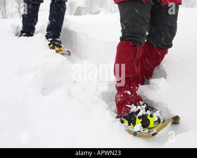 Les gens de trekking à travers la neige Banque D'Images