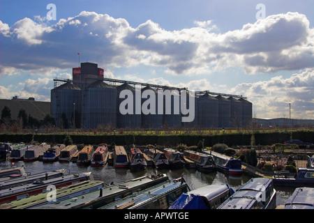 Shobnall sur le quai du canal de Trent et Mersey et la brasserie Coors, Burton upon Trent, Staffordshire, Angleterre Banque D'Images
