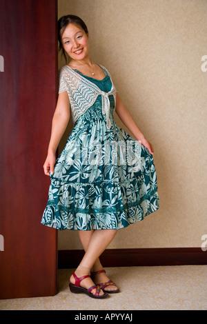 Milieu shot portrait debout belle asiatique chinois oriental jeune femme en robe bleue Beijing Chine JMH3010 Banque D'Images