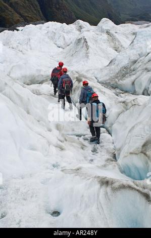 Groupe de touristes marcher sur de la glace de glacier Franz Josef, nouveau Zelaand