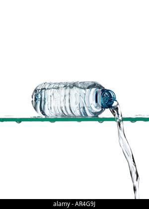 Verser de l'eau de la bouteille Banque D'Images