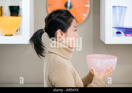 Femme tenant un bol dans un magasin