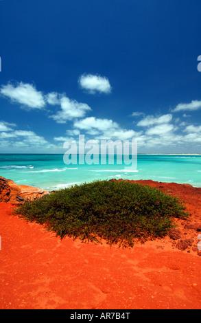 Des couleurs éclatantes de Gantheaume Point avec la plage Cable à l'arrière-plan, le littoral de Broome, Kimberley, Banque D'Images