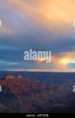 Le soleil qui s'allume un peu de pluie tombant sur le Grand Canyon Banque D'Images