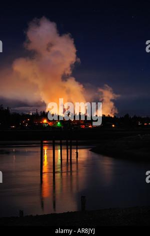 La pollution industrielle dans le ciel nocturne Banque D'Images
