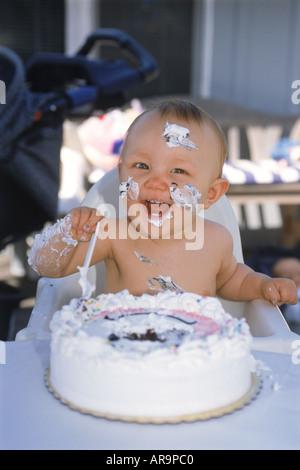 L'alimentation de bébé et de porter un an de gâteaux d'anniversaire Banque D'Images