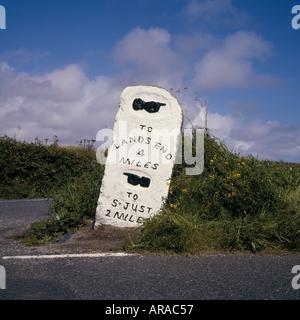 Une étape importante en pierre au bord de la route à Cornwall Penwith indiquant la distance à Lands End et St Just