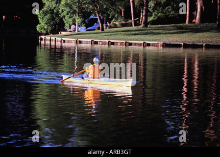 Man rowing scull sur Crystal Lake Virginia Beach VA Banque D'Images