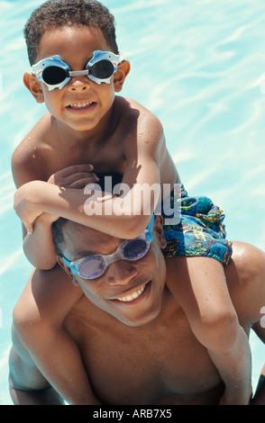 Portrait de père et fils In swimming pool Banque D'Images