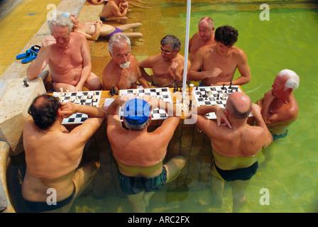 Les hommes jouant aux échecs, des bains Szechenyi Municipal, Budapest, Hongrie, Europe