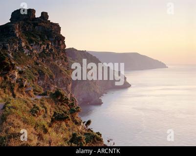 Castle Rock sur la côte donnant sur la baie d'Wringcliff, Vallée des Roches, près de Lynton, Devon, Angleterre, Banque D'Images