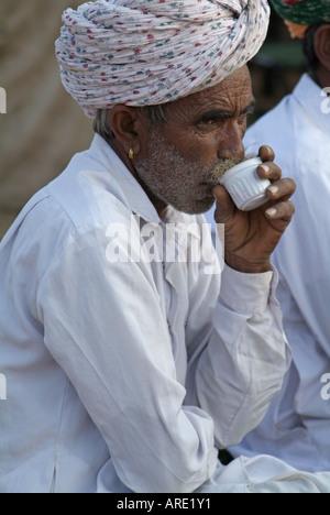 L'homme de boire un café dans l'Inde Banque D'Images