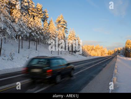 Voiture roulant à l'autoroute à la lumière du soir au Winter , Finlande
