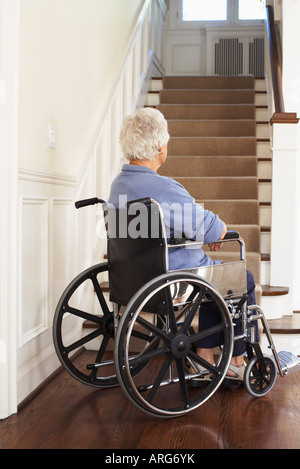 Senior Woman in Wheelchair at en bas des escaliers Banque D'Images