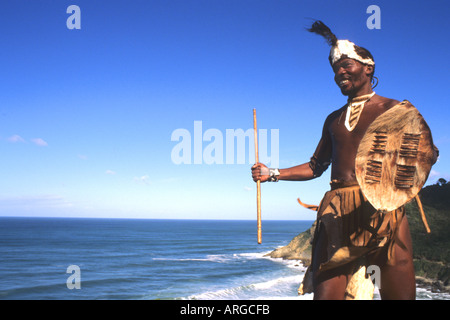 Guerrier de la tribu Pondo indigènes en Afrique du Sud sur l'eau près de Wilderness Banque D'Images