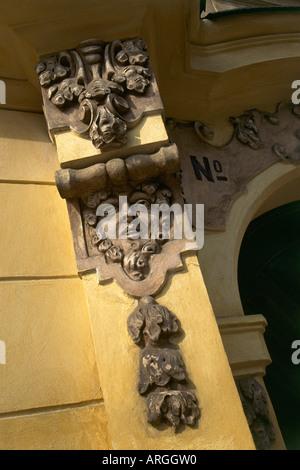 Détail de la sculpture baroque orné la décoration d'un portail à l'entrée d'un bâtiment donnant sur la place Hradcanske Banque D'Images