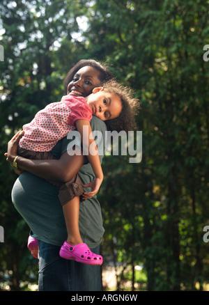 Fille mère portant