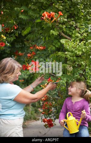 Grand-mère et petite-fille du jardinage Banque D'Images