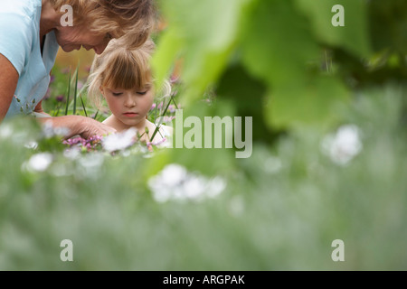 Grand-mère et sa petite-fille au jardin Banque D'Images