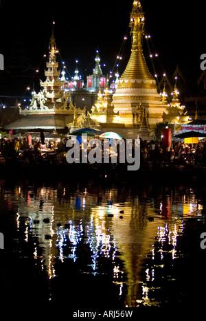 Temples et marché de nuit allumé pendant le festival Loy Krathong Jong Kham Lac de Mae Hong Son, Thaïlande Banque D'Images
