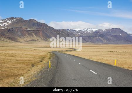 Montagnes de Frodarheidi et vide la route islandaise, Péninsule de Snæfellsnes, région du nord-ouest. L'Islande, Banque D'Images