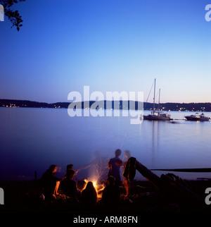 Les amis autour de beach fire, Blake Island, Puget Sound, l'État de Washington, États-Unis d'Amérique (États-Unis), Banque D'Images