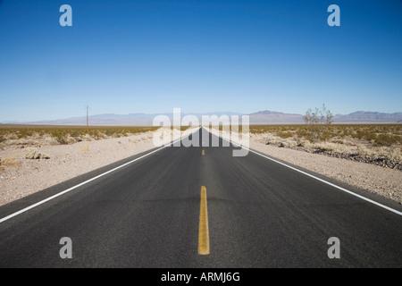 Empty road, Death Valley National Park, California, États-Unis d'Amérique, Amérique du Nord Banque D'Images