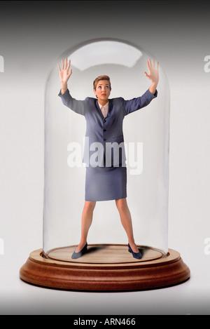 Businesswoman piégés dans cloche de verre jar Banque D'Images