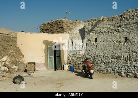Cyclomoteur en face d'une maison typique à l'ancien village de Gournah rive ouest de la vallée du Nil, Louxor Égypte Banque D'Images