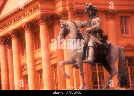 """France, Versailles - statue équestre du """"Roi Soleil"""" Louis XIV sépia Banque D'Images"""
