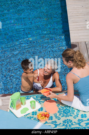 Woman and boy in swimming pool Banque D'Images