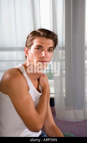 Portrait jeune homme porte t-shirt Banque D'Images