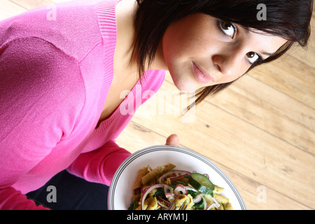 Teenage Girl Eating Salade de pâtes alimentaires Banque D'Images