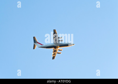 Close up of a horizontal BAe Avro RJ85 146 avion décollant de l'aéroport de la ville de Londres par un beau temps Banque D'Images