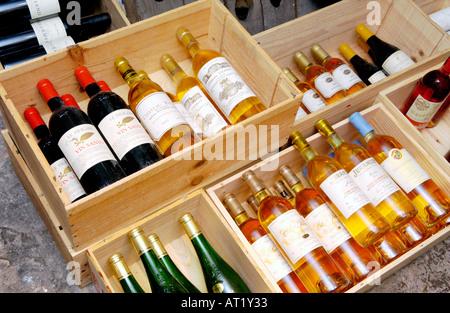 Les caisses en bois de cher les vins rouge et blanc dans la cave de l'Hotel du Vin Bristol England UK Banque D'Images