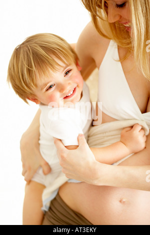 Smiling Young boy in mother's arms, close-up Banque D'Images