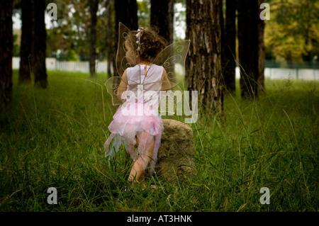 Petite fille habillé comme une fée jouant dans la forêt Banque D'Images