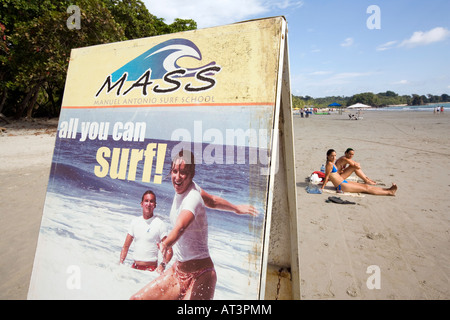 Costa Rica Quepos Manuel Antonio Playa Espadilla Norte Beach surf school sign on beach Banque D'Images