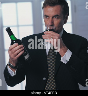 Dégustation de vin rouge homme Banque D'Images