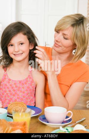 Mère et fille (8-9) having breakfast Banque D'Images