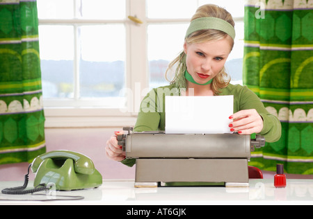 Young woman using Typewriter Banque D'Images