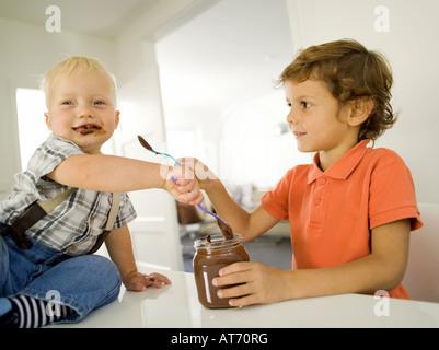 Deux garçons (4-5), (12-24 mois), portrait Banque D'Images