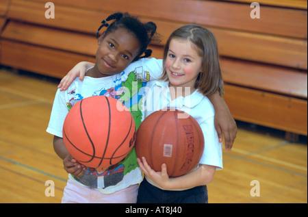 Amis noir et blanc de 8 ans avec des baskets aux jeunes Express fête de Noël. St Paul Minnesota USA Banque D'Images